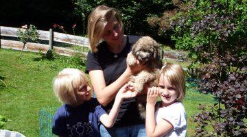Puli Züchter von den zotteligen Gefährten Familie mit Welpe Betty